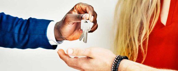 Mandat avec un agent immobilier : peut-on vendre un logement à un ami ?